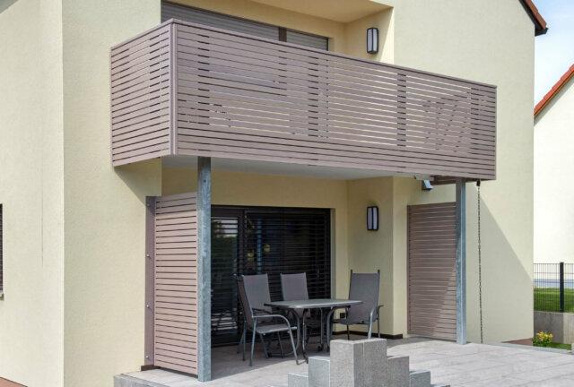 Modernes Balkongeländer Alu mit halbtransparenter Querlattung - Alubalkon Alu Design Merida