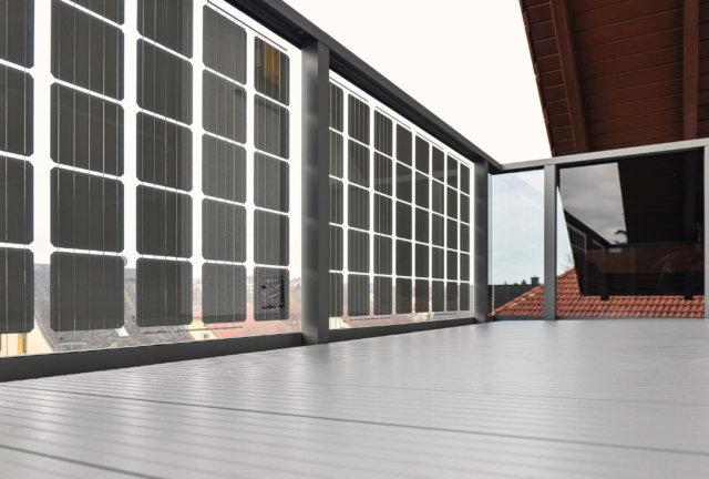 Balkon mit Solarpanelen