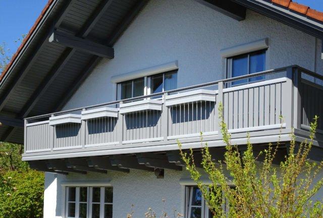 Zeitloses Balkongeländer aus Aluminium mit Edelstahl-Handlauf - Alubalkon Alu Classic Vilshofen