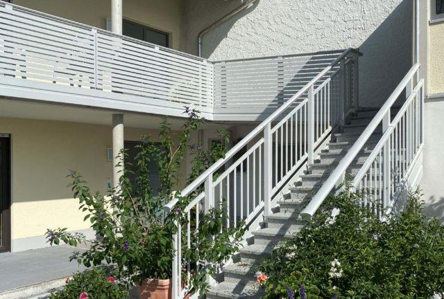 Stiegenaufgang mit Alu Select Imola Balkongeländer